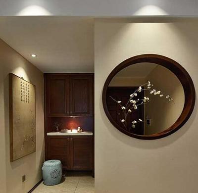 木制玄关柜配一只带有古典雕花的圆凳,加上墙上的木板画,显出浓厚的